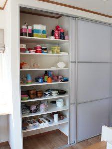キッチンには大きな収納棚を設置しました